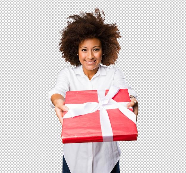 Jovem negra segurando um presente