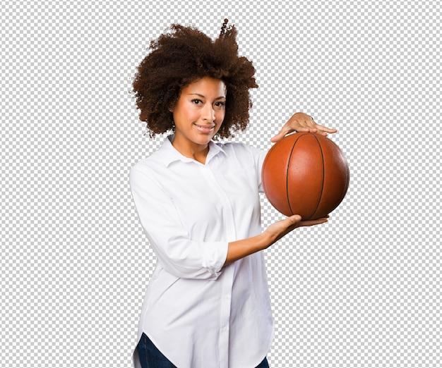 Jovem negra segurando uma bola de basquete