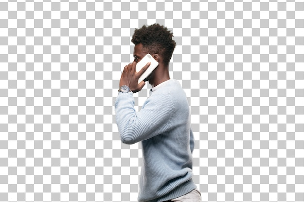 Jovem negro usando um celular inteligente