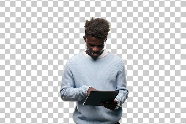 Jovem negro usando um tablet inteligente