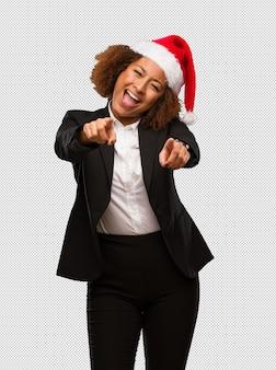 Jovem, pretas, executiva, desgastar, natal, santa, chapéu, alegre, e, sorrindo
