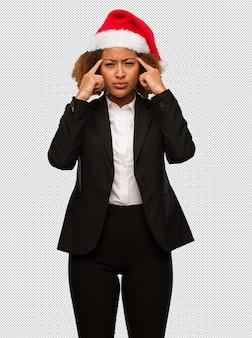 Jovem, pretas, executiva, desgastar, natal, santa, chapéu, fazendo, concentração, gesto