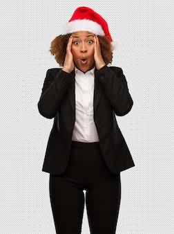 Jovem, pretas, executiva, desgastar, um, natal, chapéu santa, surpreendido, e, chocado