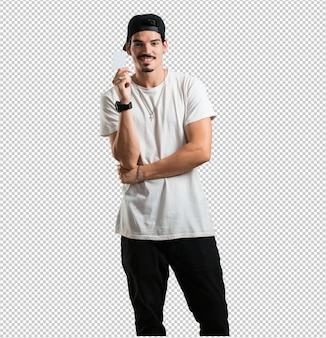 Jovem rapper homem sorrindo confiante, oferecendo um cartão de visita, tem um negócio próspero, espaço de cópia para escrever o que quiser
