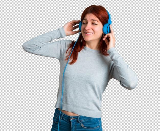 Jovem ruiva ouvindo música com fones de ouvido