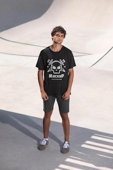 Jovem skatista com t-shirt mock-up
