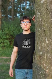 Jovem vestindo uma maquete de camiseta na floresta