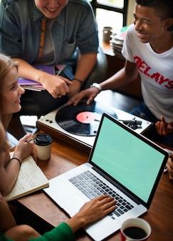 Jovens usando laptop