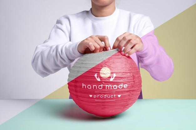 Lâmpada de papel rosa feita à mão de close-up