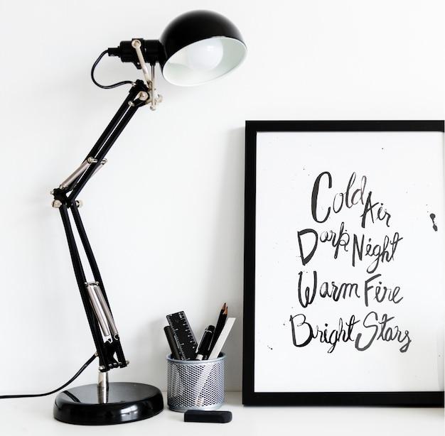 Lâmpada preta com caixa de papelaria