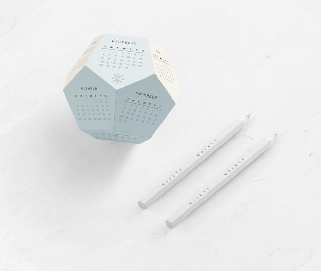 Lápis e calendário em maquete de forma de hexágono