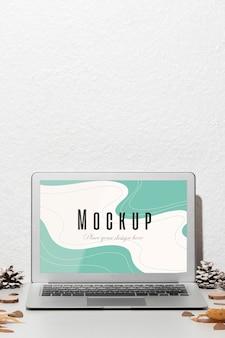 Laptop aberto com maquete de tela