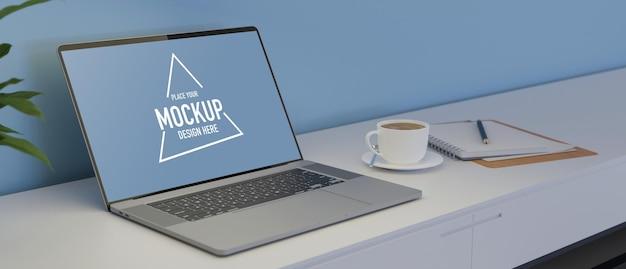 Laptop com tela de maquete na mesa branca com café e renderização 3d de artigos de papelaria