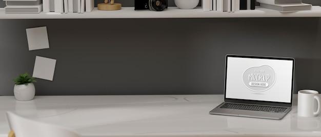 Laptop com tela de maquete na mesa da renderização 3d da mesa do escritório em casa