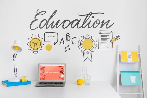 Laptop com tela de maquete no espaço limpo e arrumado. tema da educação