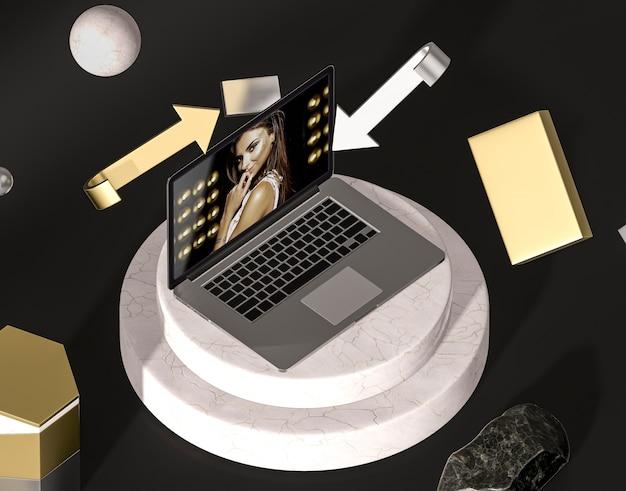 Laptop de alta vista com moda mulher