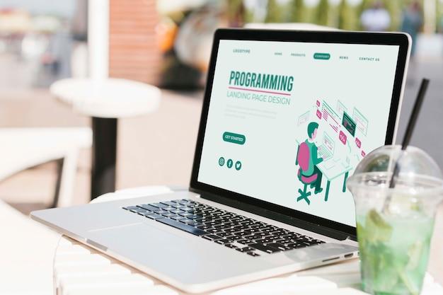 Laptop de close-up com a página inicial de programação