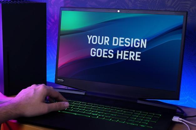Laptop de jogos em uma maquete de mesa