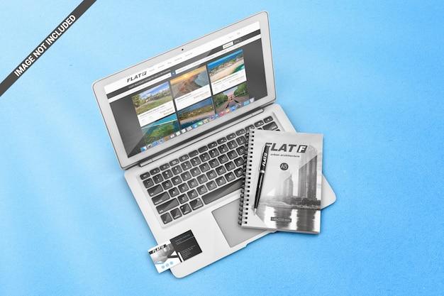 Laptop e acessórios de escritório mockup