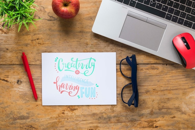 Laptop e óculos ao lado da mensagem motivacional