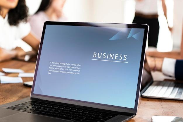 Laptop na mesa em uma maquete de reunião