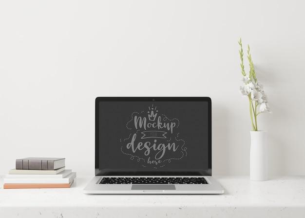 Laptop na mesa na maquete do espaço de trabalho