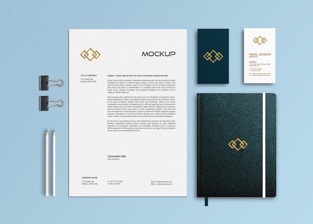 Layout plano de maquete de logotipo de papelaria de marca