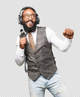 Legal homem negro com fones de ouvido dançando