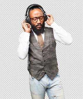 Legal homem negro com fones de ouvido