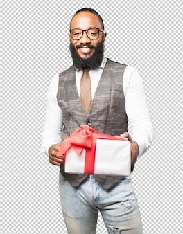 Legal homem negro com um presente