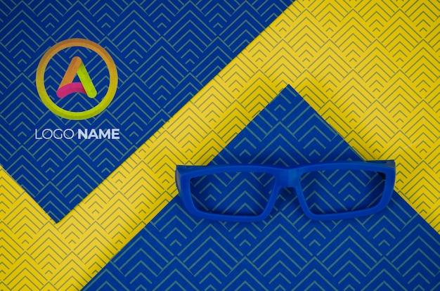 Lente de moldura azul com nomes de logotipo da empresa