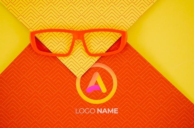 Lente de moldura laranja com nomes de logotipo da empresa