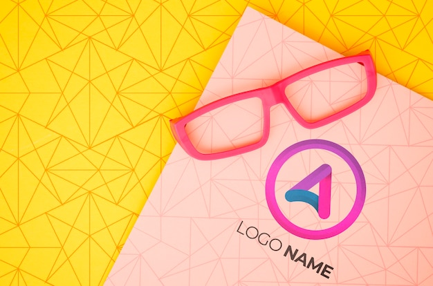Lente de moldura rosa com nome do logotipo da empresa