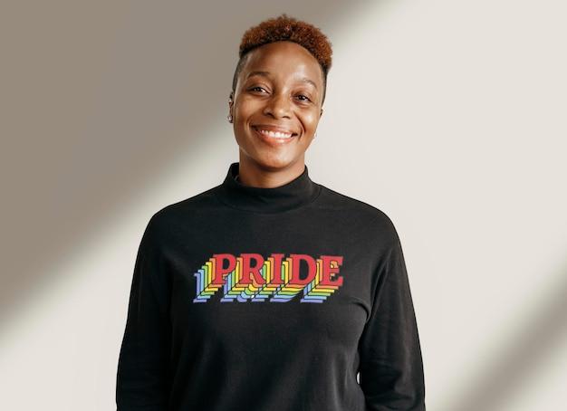 Lésbica negra vestindo uma maquete de camiseta do orgulho