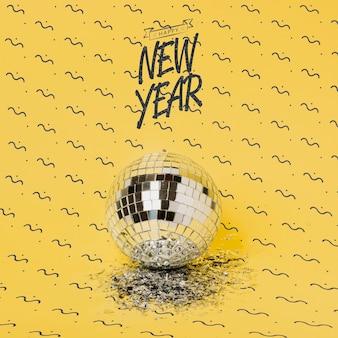 Letras de ano novo ao lado de bola de discoteca