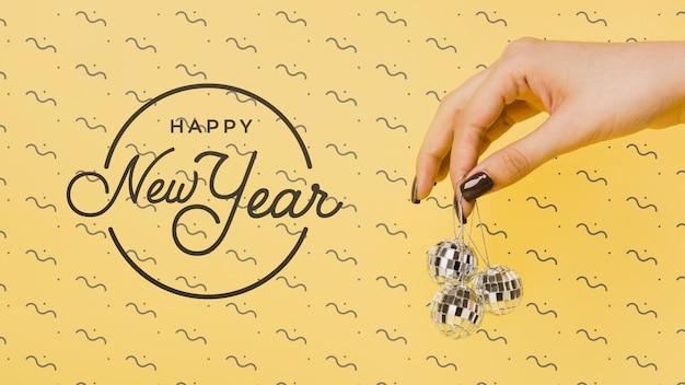 Letras de ano novo vista frontal com bolas de discoteca festivas