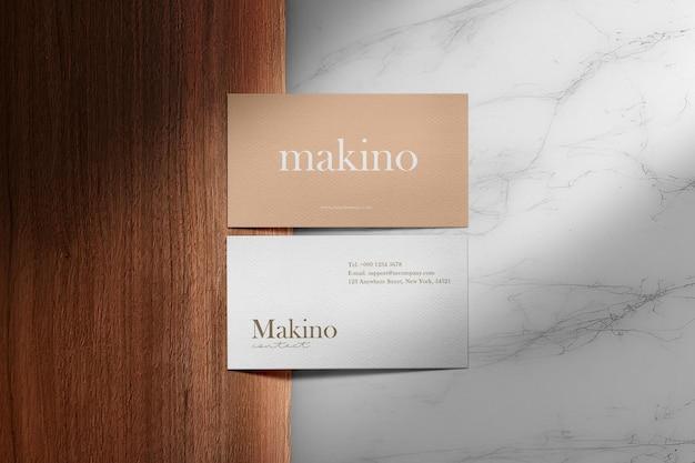 Limpe a maquete de cartão de visita mínima em marbled walnut