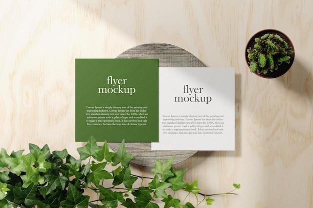 Limpe a maquete do flyer quadrado mínimo na placa de caixa com plantas