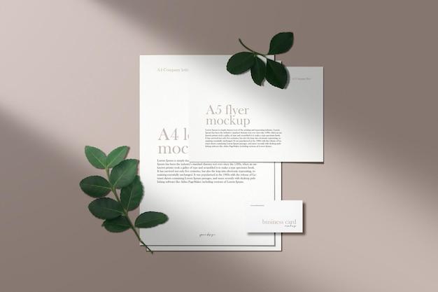 Limpe a maquete mínima de documentos corporativos em cor nude com sombra de folhas verdes