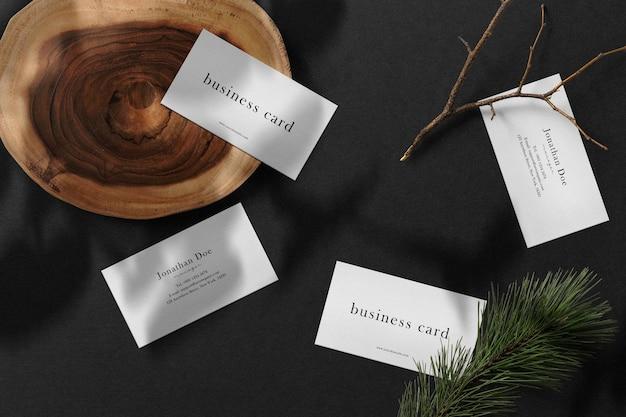 Limpe a maquete mínima do cartão de visita na placa de madeira