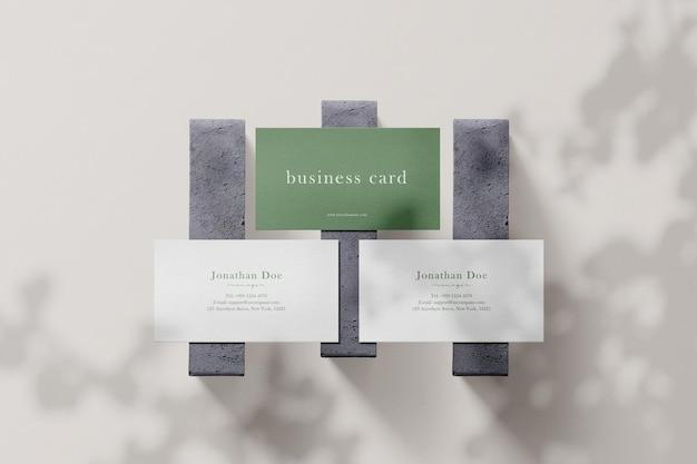 Limpe a maquete mínima do cartão de visita no concreto com luzes e sombras