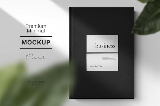 Limpe a maquete mínima do cartão de visita no livro preto