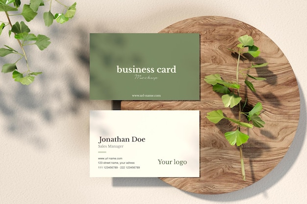 Limpe o cartão de visita mínimo com maquete de galhos de árvores em uma pequena placa de madeira