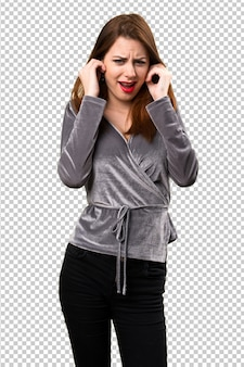 Linda garota cobrindo as orelhas dela