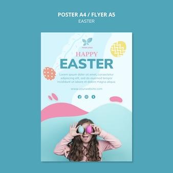Linda garota com modelo de cartaz de ovos coloridos