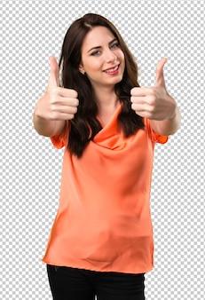 Linda garota com o polegar para cima