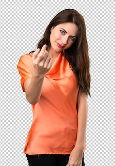 Linda garota fazendo gesto vindo