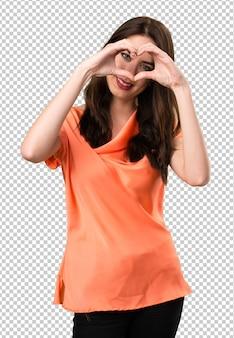 Linda garota fazendo um coração com as mãos