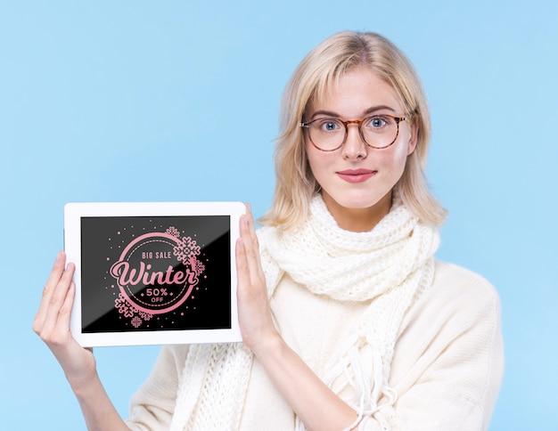 Linda garota segurando cartaz mock-up