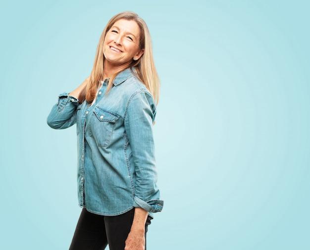 Linda mulher sênior com um olhar orgulhoso, confiante e feliz, sorrindo e se sentindo satisfeito